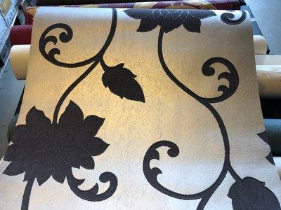 13092-20 Eric Kuster style glans vlies behang zilver met zwarte relief bloem
