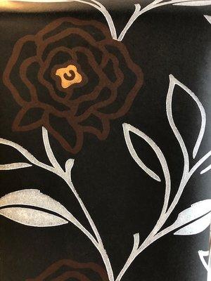 vlies  zwart gemateerd kalk effect met bloem