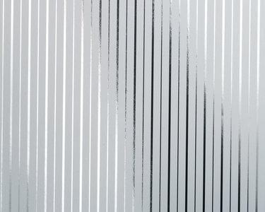 chroma  zilver op  wit metallic vlies 68cm brede rollen schaduw werking op foto is om verschil metallic met en zonder licht te tonen